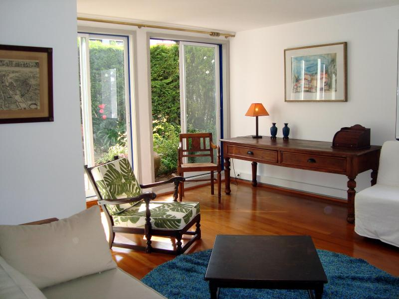 Living room with view to the garden - Casa do Jasmim, 5 min. walk from Old Town Sintra - Sintra - rentals