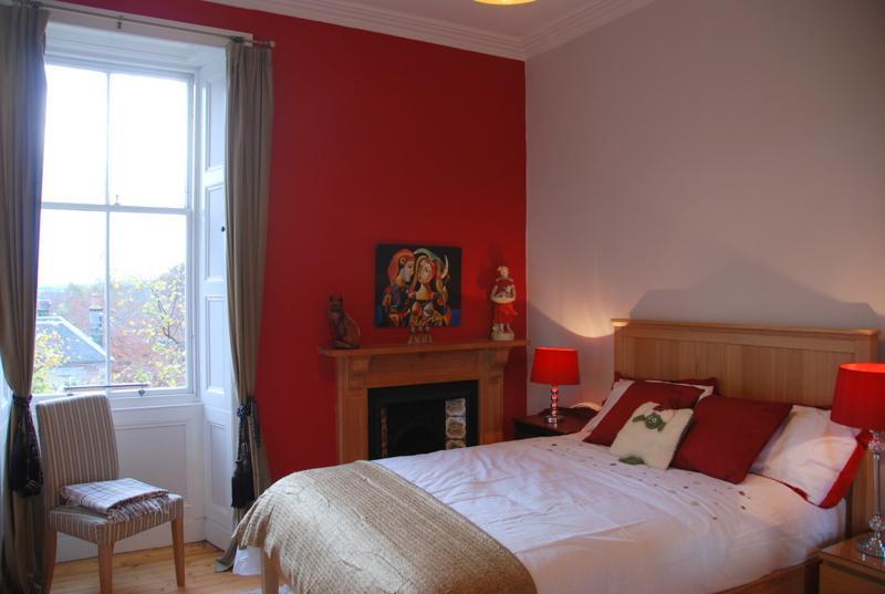 Double bedroom with comfy new mattresses, wardrobe - Edinburgh Villas City Central Victorian Apartment - Edinburgh - rentals