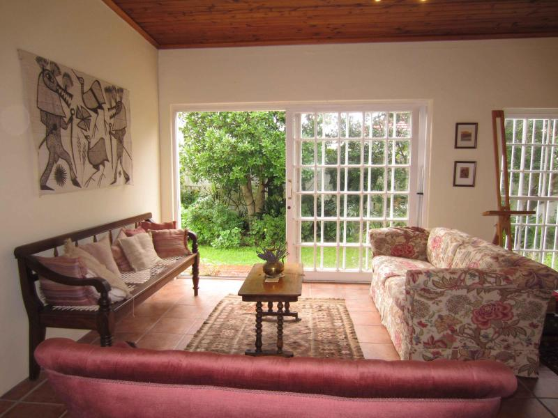 Ligth lounge with easy flow to garden - Cape Town: spacious cottage in leafy garden - Cape Town - rentals