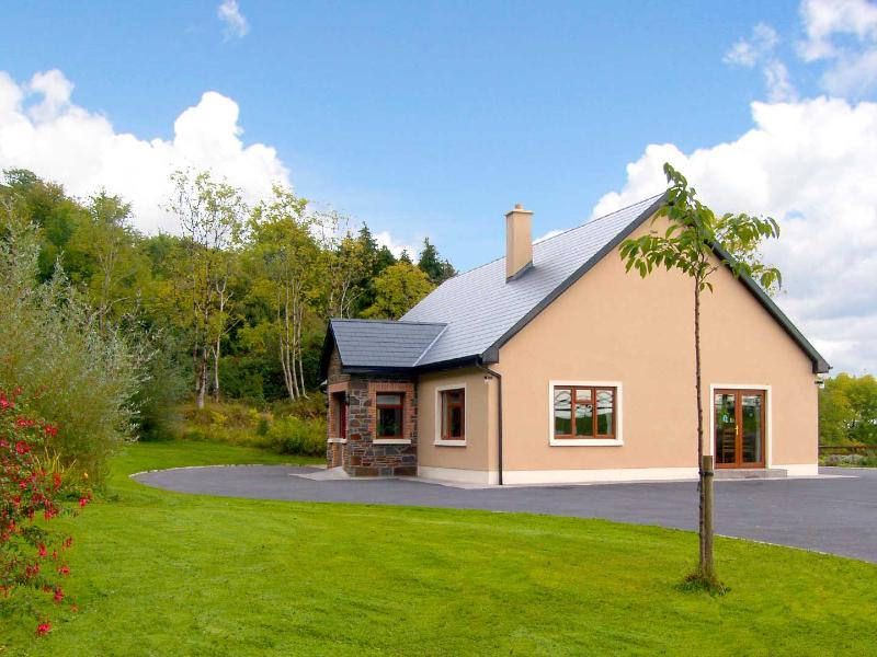 CEOL NA COILTE, en-suite bedroom, family-friendly, open fire, ground floor cottage near Corofin, Ref. 29174 - Image 1 - Corofin - rentals