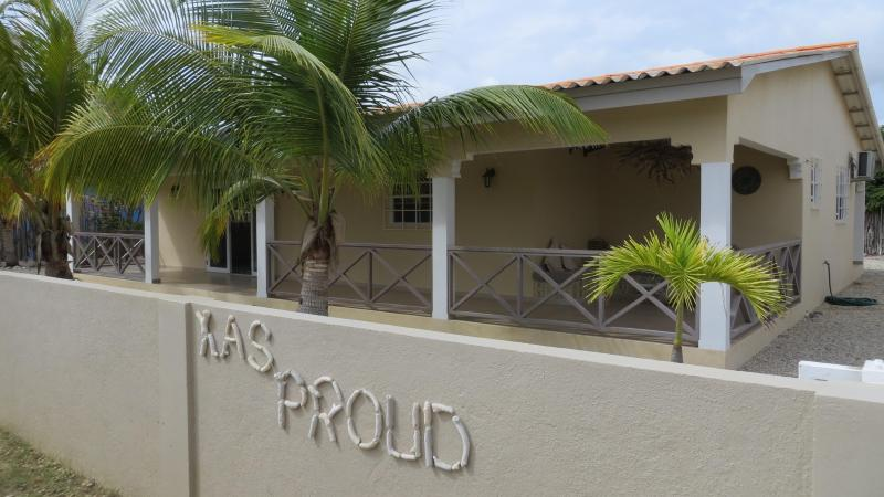 BEAUTIFUL DETACHED VILLA, LOVELY LANDSCAPED GARDEN, CLOSE TO THE SEA - Image 1 - Kralendijk - rentals