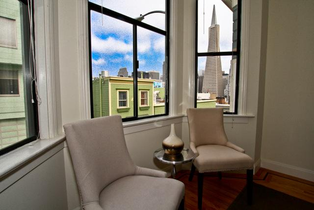 Living room with great views of the city - North Beach - Transamerica Pyramid View - San Francisco - rentals