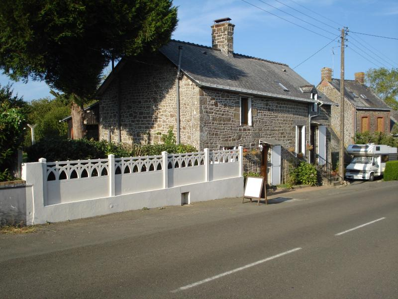 Helen & Gary live next door - La Maison Fleurie - Gorron - rentals