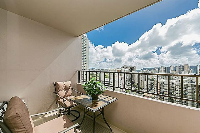 Lanai with mauntain, diamondhead, partial ocean view - Full Kitchen Free Parking & WiFi Heart of Waikiki - Honolulu - rentals