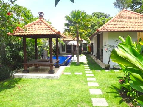 Chill Villa Bali with 2 bedroom, 3 bathroom, outdoor shower, kitchen, living room, pool and garden - Peaceful villa 10mins to beach, shopping,cafes,etc - Seminyak - rentals