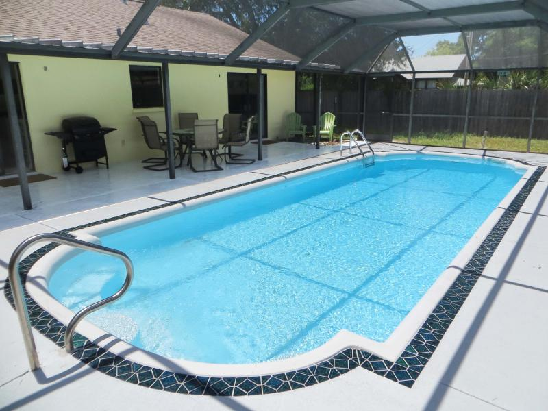Fenced backyard with heated pool - Lovely Florida Pool Home - Bradenton - rentals