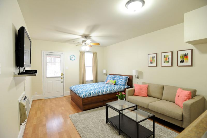 Open floor plan with queen bed, couch, and large 42 inch flat screen tv. - Cozy Hyde Park Guest House in Central Austin - Austin - rentals