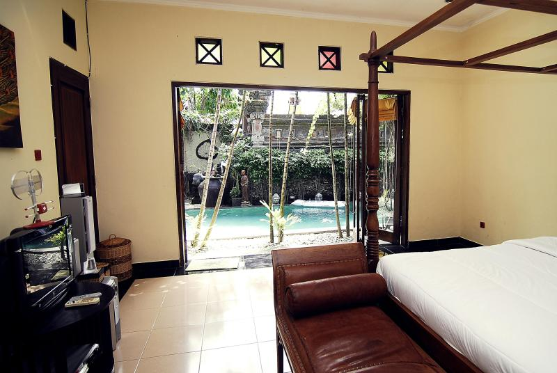 Bedroom with view on the pool - Villa Rumah Badung (Bungalow) - Bali - rentals