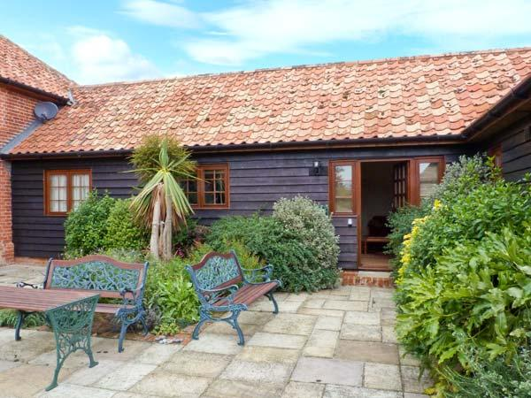 POPPY COTTAGE, stable conversion, single-storey, king-size bed, romantic retreat, near Little Glenham and Saxmundham, Ref 28484 - Image 1 - Saxmundham - rentals