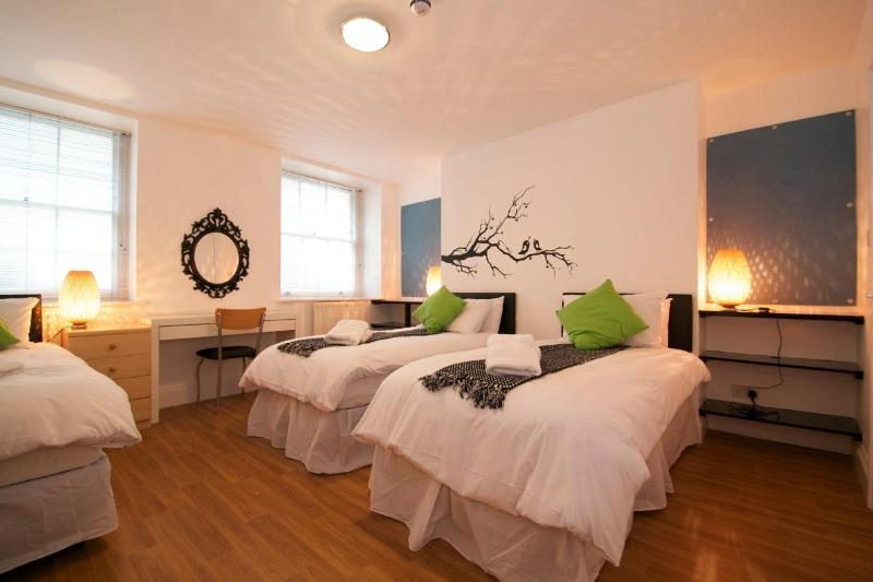typical bedroom with 3 beds - British Museum 2 bedroom/2 bathroom Apartment - London - rentals