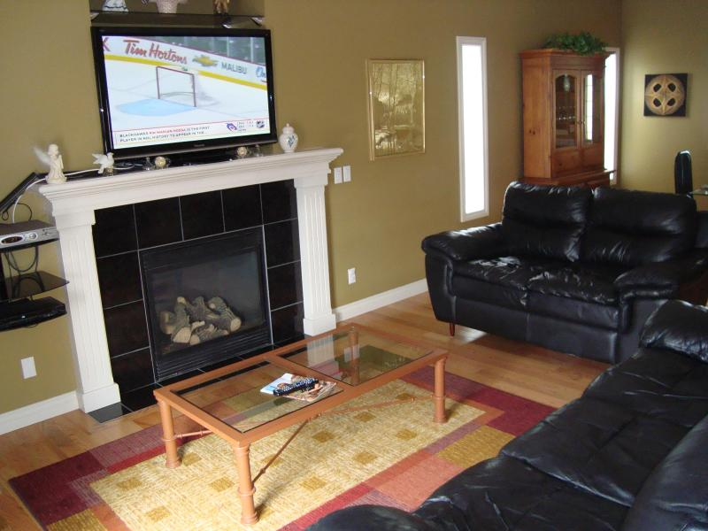 Living room with HD TV leather couches and WIFI - Amazing, Huge house, WIFI, Hot Tub - Near airport - Calgary - rentals