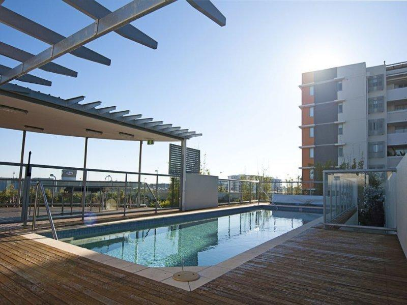 Building pool and BBQ level 2 - Higgins House - modern 2 bedroom Brisbane unit - Brisbane - rentals