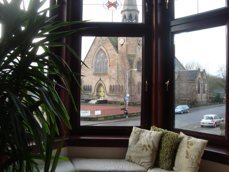 Lounge with bay window overlooking stained-glass church - Glasgow Southside - Glasgow - rentals