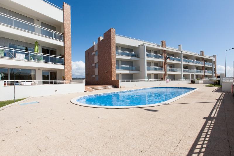 426723 - 2 bedroom apartment - Very close to beach with swimming pool and balcony - Sleeps 6 - Sao Martinho do Porto - Image 1 - Sao Martinho do Porto - rentals