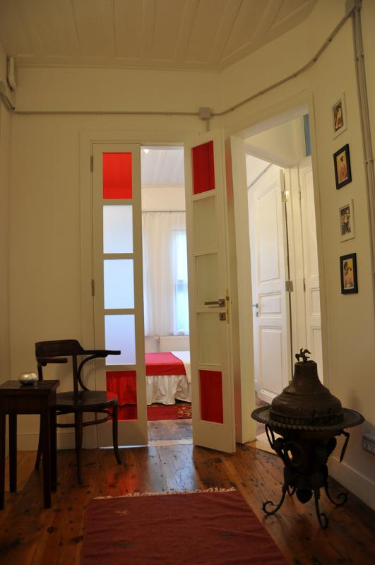 Red apartment in a historical Kuzguncuk house - Image 1 - Istanbul - rentals