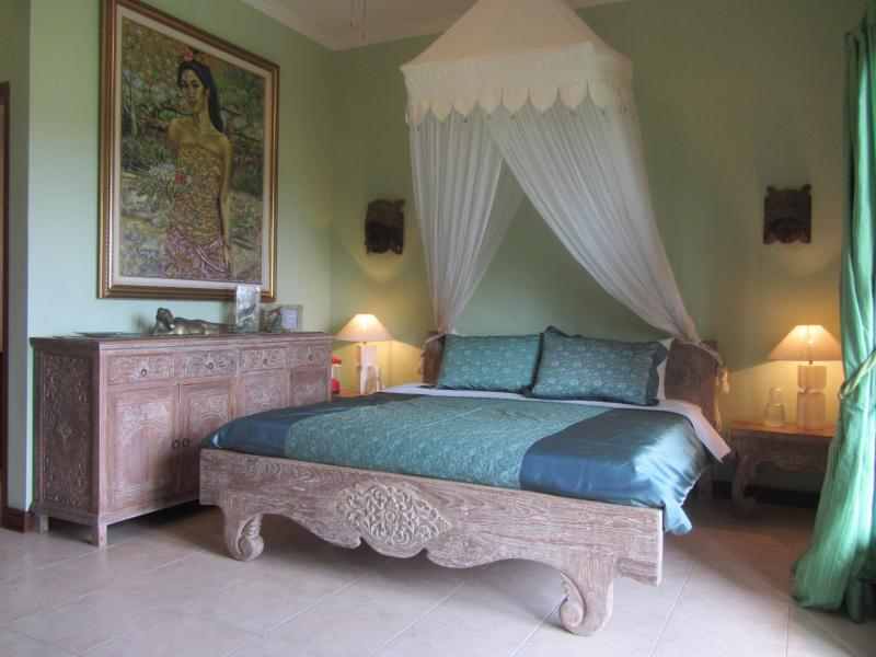 The Green Room / master with king bed and ensuite. - Villa Lark, budget luxury, surf beach 550mtr, Cang - Canggu - rentals