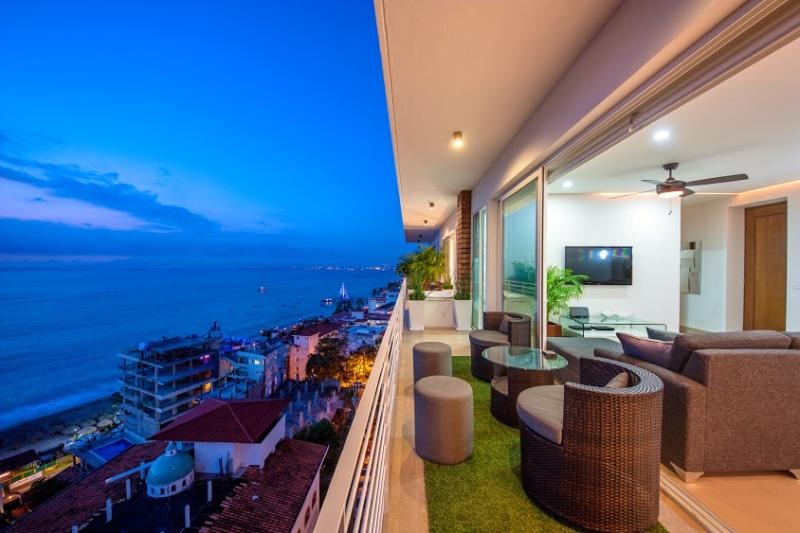 Private Hot Tub on Patio with unobstructed OCEAN VIEWS! - PRIVATE DECK JACUZZI, 353 AMAPAS, FULL OCEAN VIEWS, BLOCK2BEACH, GYM - Puerto Vallarta - rentals