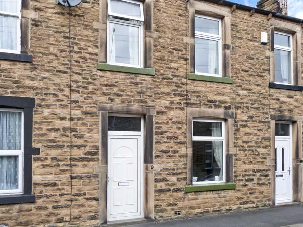 LEMONGRASS, stone-built cottage, pet-friendly, close to walks and cycle routes, on edge of Yorkshire Dales National Park, in Skipton, Ref 27268 - Image 1 - Skipton - rentals