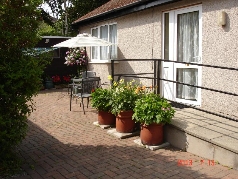 Outside seating area - BEACHMOUNT HOLIDAY BUNGALOW - Rhos-on-Sea - rentals