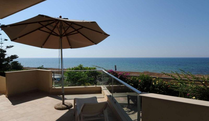 terrace with sea view - Villa Timpe Rosse - Sea front, just 10 meters walk - Scicli - rentals