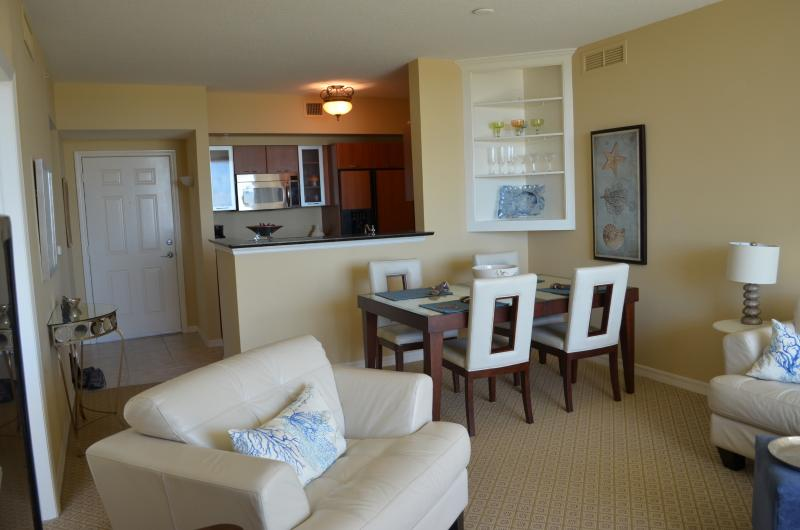 living room and kitchen - Charming condo overlooking marina - Boynton Beach - rentals