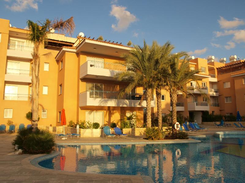 Second floor apartment in a great location - Paphos apartment with large pool, balcony and wifi - Paphos - rentals