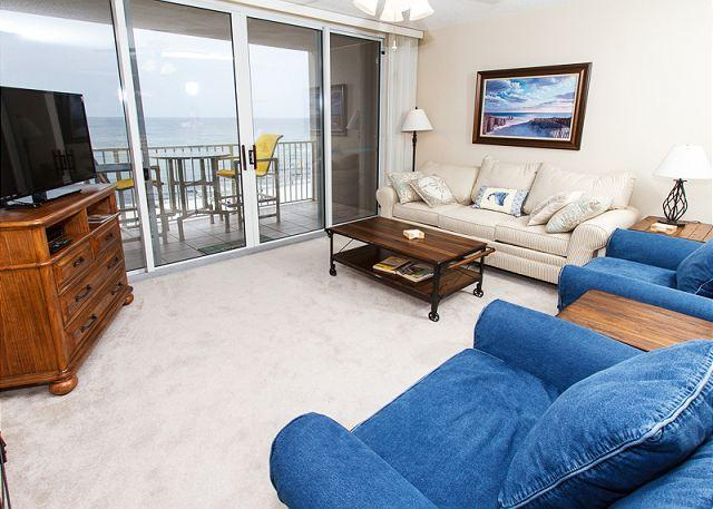 Beach front living room with large glass balcony doors to really - IP 614: RARE*BEACH FRONT*MASTER-Hot tub,pool,gym-FREE movies,bch srvc & more! - Fort Walton Beach - rentals