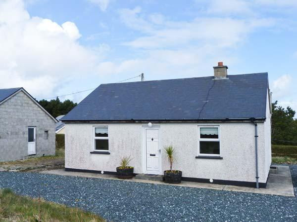 STRAND COTTAGE, dog-friendly, single-storey cottage in Derrybeg, Ref 25547 - Image 1 - Bunbeg - rentals