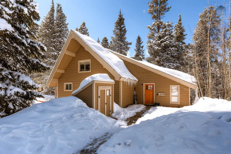 Surrounded by giant trees, Barton Creek Lodge may feel secluded, but it's actually located right on Peak 7 with quick access to skiing. - Cozy cabin with hot tub and free shuttle to the slopes - Barton Creek Lodge - Breckenridge - rentals