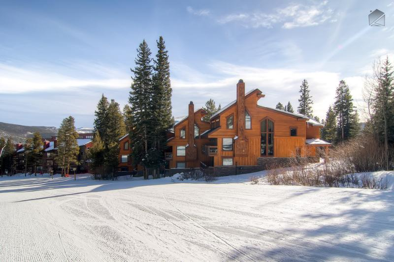 When heading down the 4 O'Clock ski run, make a sharp right turn and you're home! - Ski-in/Ski-out spacious retreat right on the slopes! (ski-in/out, free shuttle) - Four O'Clock Slopeside Retreat - Breckenridge - rentals
