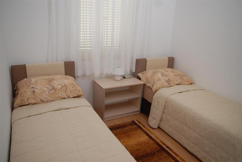 01_Bedroom with single beds - Pleasant apartment Bety 1 with two bedrooms for 5pax in Novalja - Novalja - rentals