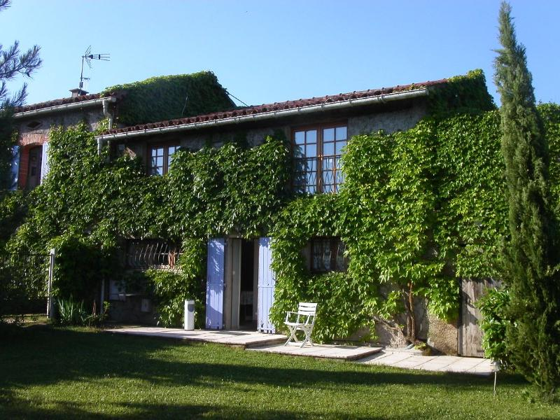 La Voliere from its gardem - La Bourdette du Ray, Peaceful, bright Rural gite, pool and garden - Puylaurens - rentals