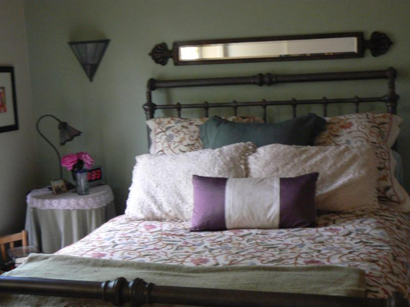 QUEEN BED WITH ATTACHED BATH - Cozy Victorian Townhome - Walk to Downtown - Denver - rentals