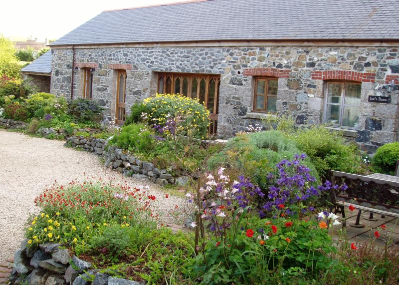Front view of Bert's Barn - Spectacular 6-bed barn, 10 minutes from sea - Mullion - rentals