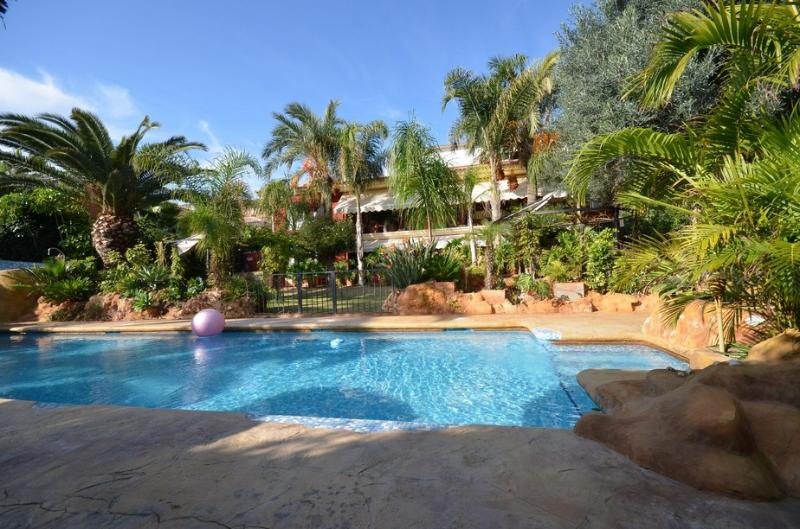 view of the housefrom the garden - villa el Pinar, 14 pers, on golf, 10 m from beach - Mutxamel - rentals