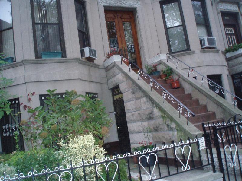 BUILDING - BEAUTIFUL, COMFORTABLE BROWN STONE RENTAL - Brooklyn - rentals