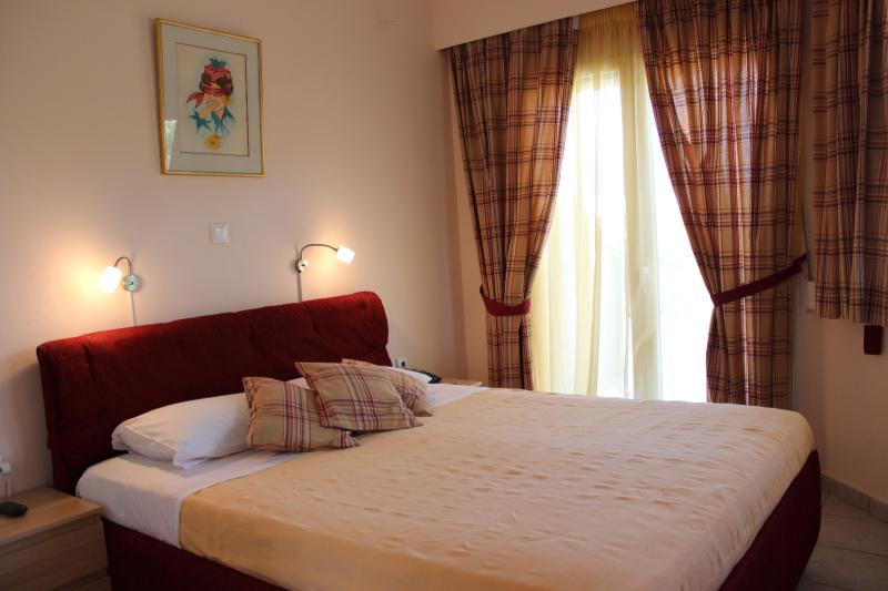 Separate Bedroom with Kingsize Bed and large wardrobe 1 sofa bed opening into double bed  - One bedroom holiday apartment near Nafplio - Nauplion - rentals