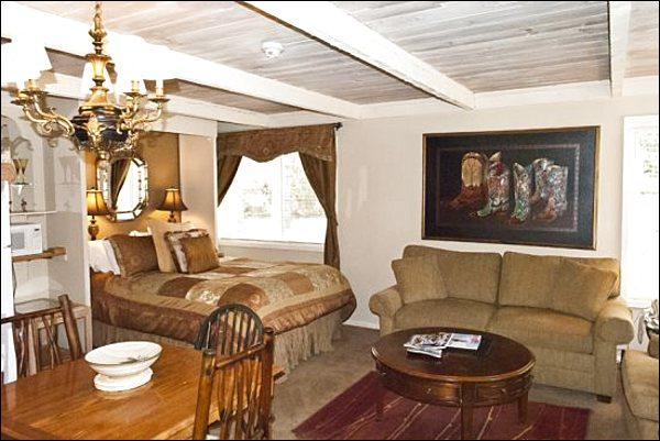 Studio Includes a Queen Bed - Charming, Remodeled Studio - Close to the Village (1244) - Ketchum - rentals