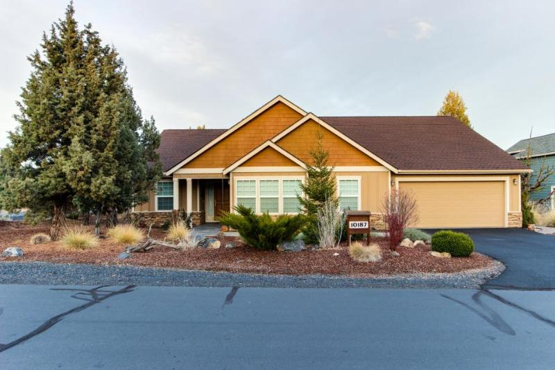 Fantastic high-desert home with jetted tub, access to shared pools & hot tub - Image 1 - Redmond - rentals