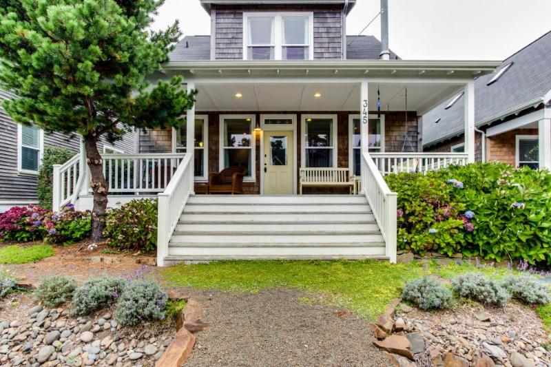 Gorgeous, stylish home with private hot tub and game room - Image 1 - Depoe Bay - rentals