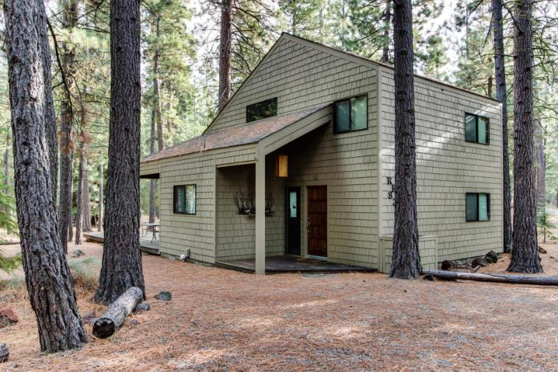 Cozy & well furnished cabin w/ access to shared pools, hot tub, sauna, & tennis - Image 1 - Black Butte Ranch - rentals