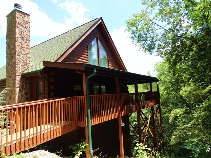 THE CABIN IS SECLUDED. IT IS NEARLY SURROUNDED BY 47 ACRES OF NATURE AND VIEWS. ALSO NO STEPS AT ALL - COZY CABIN + DISCOUNTS TO DOLLYWOOD&DIXIE STAMPEDE - Sevierville - rentals