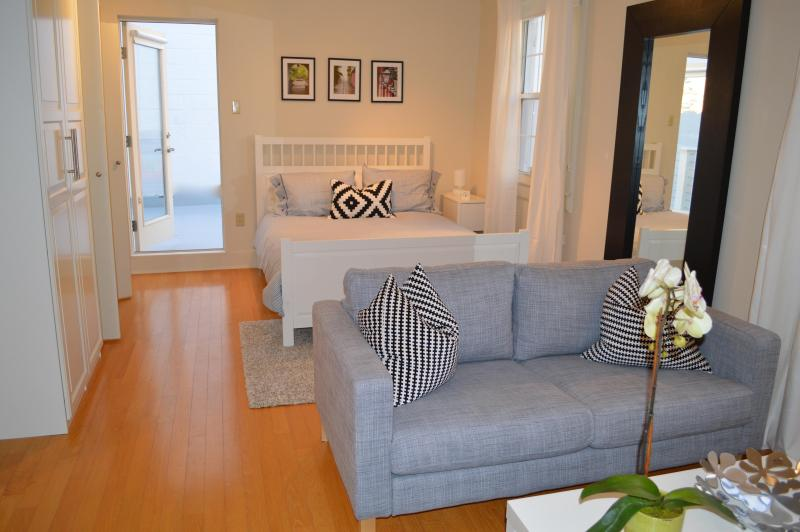 Living room bedroom - Fabulous Uptown Apt with Private Rooftop Deck - New Orleans - rentals