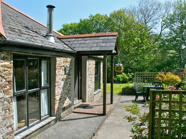 BRAMBLE COTTAGE, shared facilities including swimming pool, children's play - Image 1 - Bude - rentals