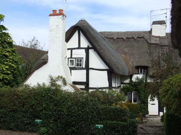 BLUEBELL COTTAGE, character features, off road parking, romantic, thatched cottage in Shottery, Ref 27444 - Image 1 - Shottery - rentals