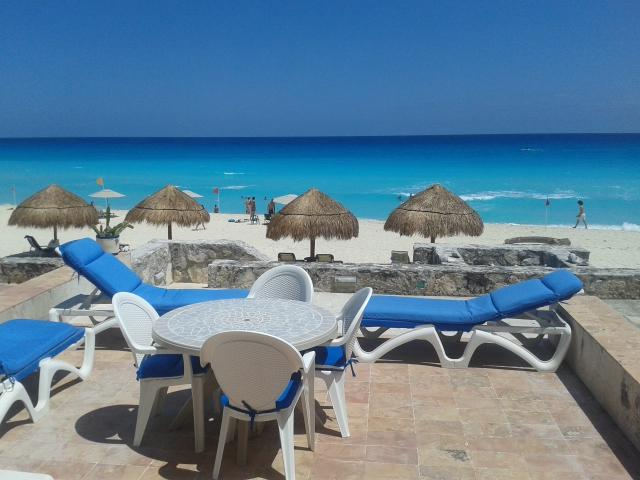 Main Terrace with lounge chairs with direct acces to the beach - 3 bedroom beach front in  Cancun - Colonia Luces en el Mar - rentals