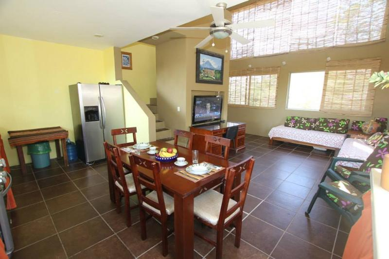 Penthouse living / dining area.  Natural light and fresh ocean breezes . - Villa Cielo Natural, 4 bedrooms + penthouse - Huatulco - rentals