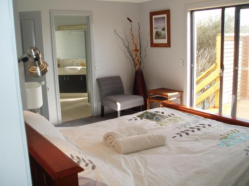 "Bedroom with ensuite - BB, TORQUAY VIC- 1KM FROM THE ""GREAT OCEAN ROAD"" - Jan Juc - rentals"