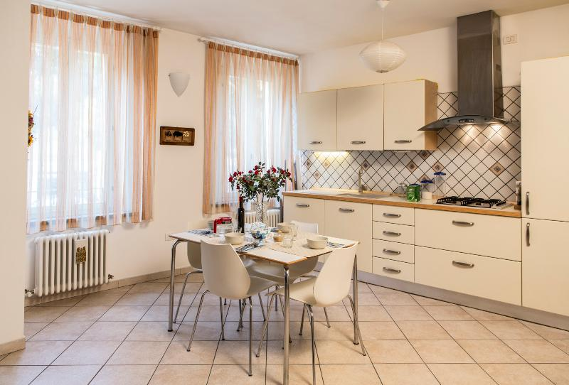The diningroom and the kitchen. Roomy, light-filled, all tools and appliances provided. - THE BYZANTINE - Central, cozy, top quality rental - Ravenna - rentals