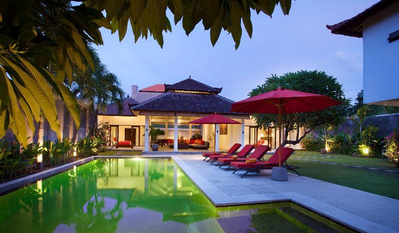 Full Villa Garden View at Dusk - Villa Alma next to beach, shops and restaurants - Legian - rentals